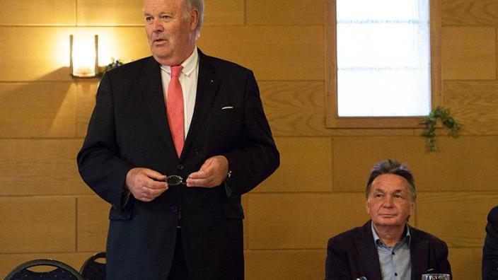 Innenminister Hans-Joachim Grote sprach in Sörup. Rechts: CDU-Ortsvorsitzender Ingo Bork. Foto: Kasischke